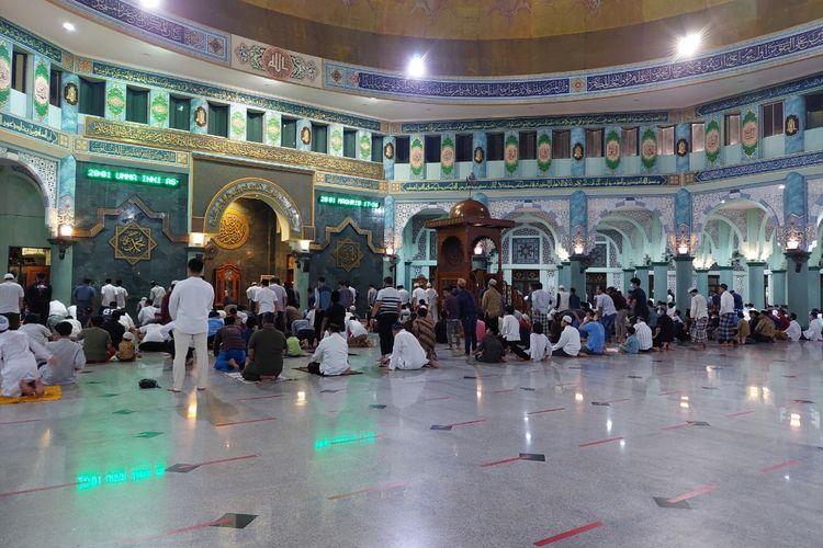 Jamaah di Masjid Raya Al-Azhom, Kota Tangerang melangsungkan salat tarawih untuk pertama kalinya pada Senin (12/4/2021), usai pemerintah menetapkan hari pertama bulan Ramadhan 2021 jatuh pada Selasa (13/4/2021).