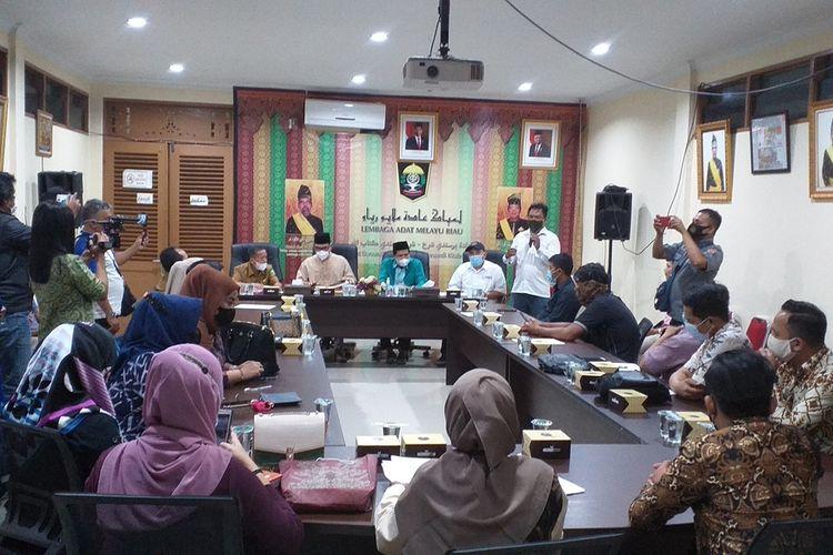 LAM Riau bersama Dekranasda dan PWI Riau saat menggelar konferensi pers terkait motif batik Riau yang diklaim pengusaha Bandung, di Kantor LAM Riau di Jalan Diponegoro, Kota Pekanbaru, Riau, Selasa (23/3/2021).