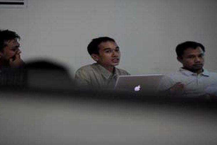 Peneliti Indonesian Legal Rountable, Erwin Oemar. Kordinator Advokasi Forum Indonesia untuk Transparansi Anggaran, M Maulana, dan Peneliti Inodnesian Corruption Watch, Dola Fariz (kiri ke kanan) menyampaikan pernyataan sikap di kantor YLBHI, Jakarta, Minggu (14/4/2013). Mereka yang tergabung dalam koalisi selamatkan uang rakyat akan mengajukan peninjauan ulang undang-undang tentang pengelolaan keuangan negara kepada Mahkamah Konstitusi dan menggugat keberadaan Badan Anggaran DPR.
