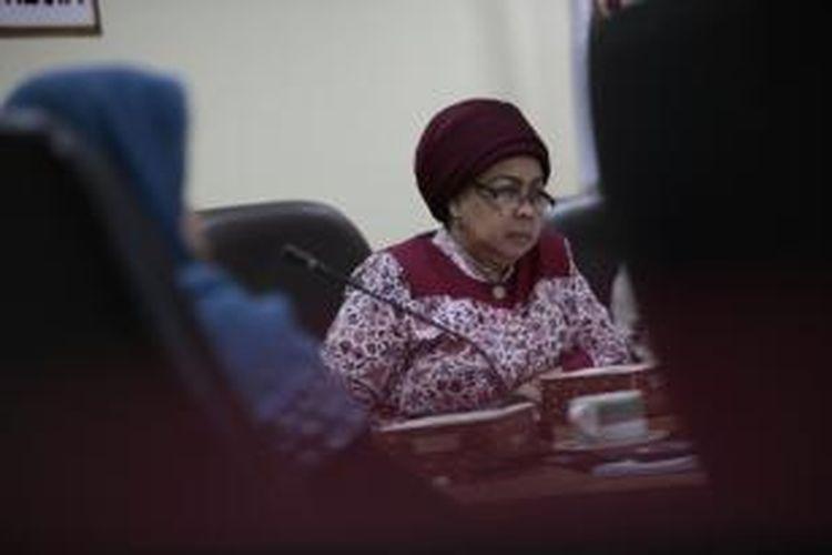 Wakil Ketua Ombudsman, Azlaini Agus (kanan) menerima pengaduan dari korban dan keluarga korban penghilangan paksa yang diwakili Kontras, dan Ikohi di Kantor Ombudsman, Jakarta, Senin (18/3/2013).