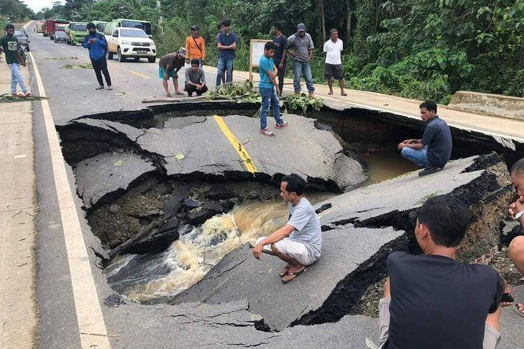 Kondisi jalan longsor di dekat simpang HTI, Desa Miau Baru, Kecamatan Kongbeng, Kutai Timur, Kalimantan Timur, Rabu (2/12/2020).