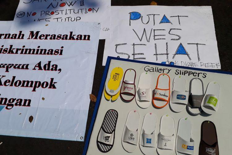 Aksi warga eks Dolly bawa produk ekonomi di depan PN Surabaya
