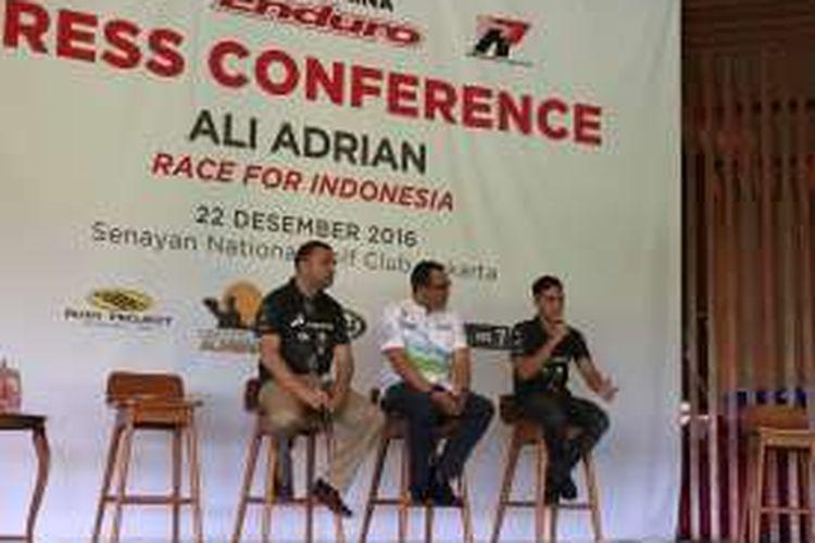 Pebalap Indonesia, Ali Adrian (kanan), berbicara kepada media dalam konferensi pers di Senayan, Jakarta, Kamis (22/12/2016). Dia didampingi Head of Marketing Communications Project PT Pertamina Dendi T Danianto (tengah) dan manajernya, David Garcia.
