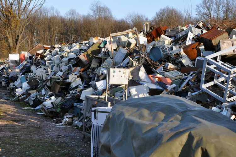 Ilustrasi gunungan sampah elektronik.