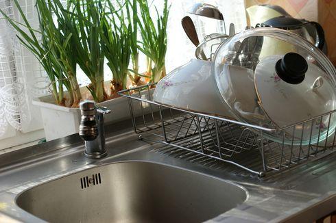 10 Hal yang Sebaiknya Tidak Disimpan di Bawah Bak Cuci Piring