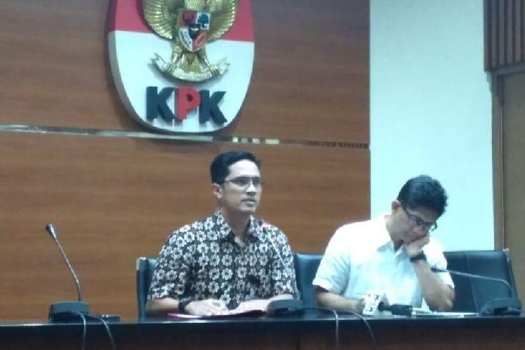 Wakil Ketua KPK Laode Syarif memberikan keterangan pers kepada wartawan di Gedung KPK, Jakarta, Sabtu (27/10/2018).