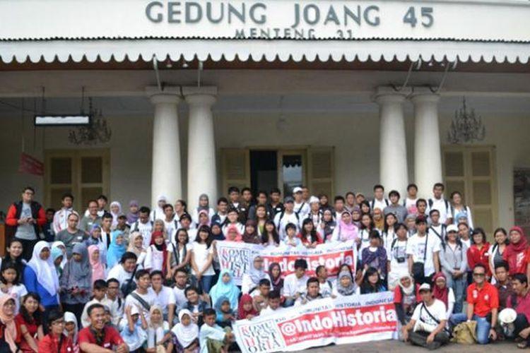 Peserta tur Jakarta Heritage Trails: Ngaboeboerit Ke Tjikini, Minggu (14/7/2013).