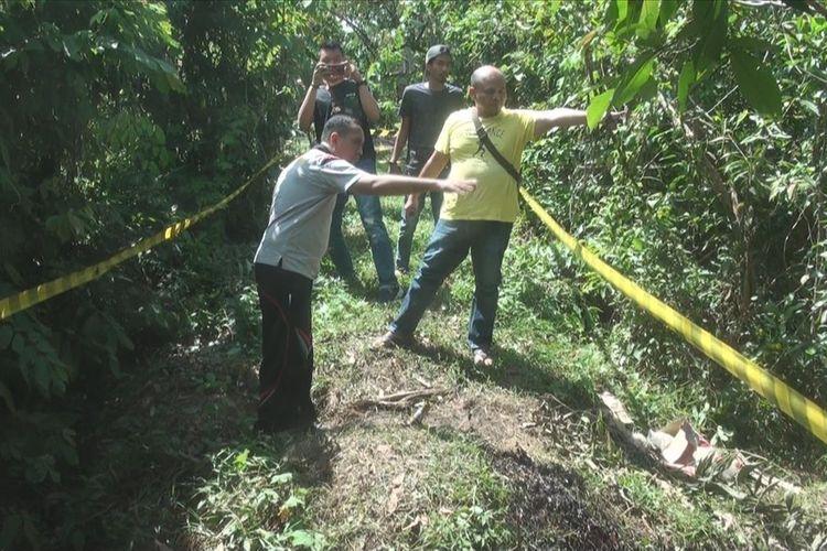 Personel polisi dari Sareskrim Polres Ogan Ilir menunjukkan alur pencurian minyak dengan cara melobangi pipa lalu mengalirkannya ke mobil truk yang tangkinya sudah di modifikasi