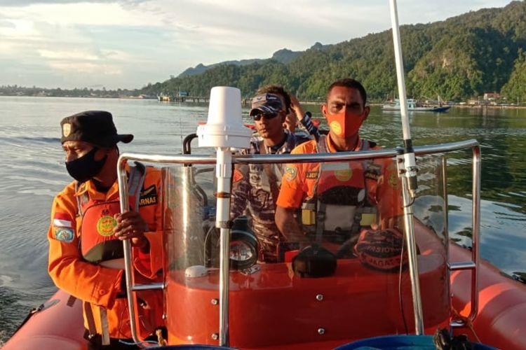 Tim SAR saat menuju lokasi kapal tenggelam di perairaian Kaimana, Papua Barat, untuk mencari kapten kapal yang hilang, Kamis (24/12/2020).