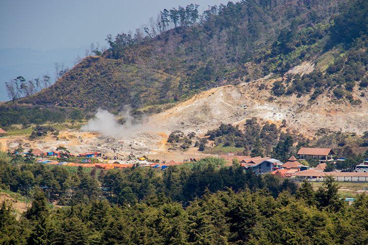 Kawah Sikidang Dilihat dari Batu Pandang Ratapan Angin, Dieng.