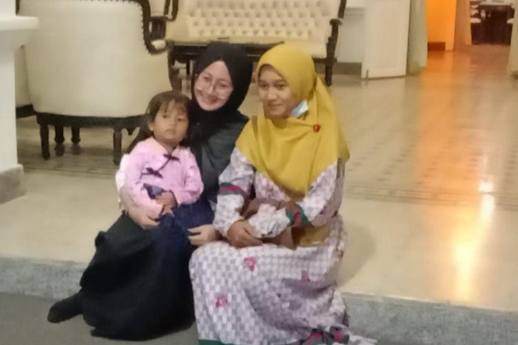Zainab Zuraidah (berkacamata) saat mendampingi istri almarhum Serda Eko Prastyo, Dewi Nurista Priwantini usai melaksanakan doa bersama di pendapa Bupati Bangkalan, Senin (26/4/2021) malam.