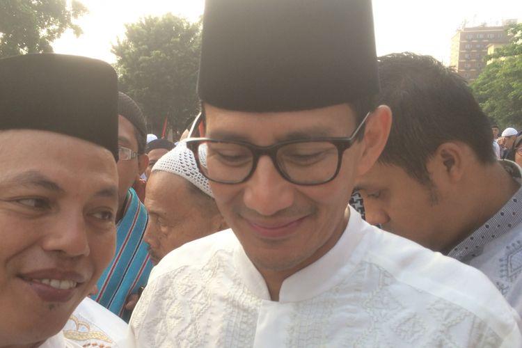 Calon Wakil Presiden Sandiaga Salahuddin Uno usai menunaikan shalat Idul Adha di Monumen Perjuangan Jatinegara, Jalan Matraman Raya, Bali Mester, Jatinegara, Jakarta Timur, Rabu (22/8/2018).