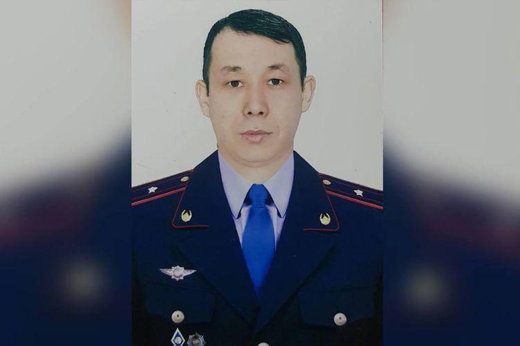 Mayor Bakytzhan Bakirov, seorang polisi di Kazakhstan yang menjadi perbincangan setelah aksi pemberaninya dengan meloncat dari lantai 13 untuk menangkap paedofil.