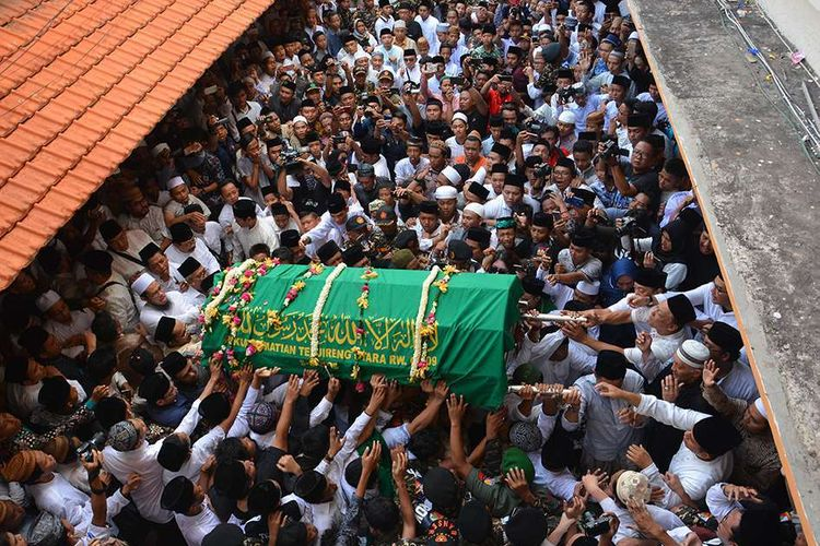 Jenazah almarhum KH Salahuddin Wahid atau Gus Sholah dibawa ke masjid untuk disholati di Pesantren Tebuireng Jombang, Jawa Timur, Senin (3/2/2020). Gus Sholah meninggal dunia pada Minggu (2/2/2020) pukul 20.55 WIB setelah menjalani perawatan pascaoperasi jantung.