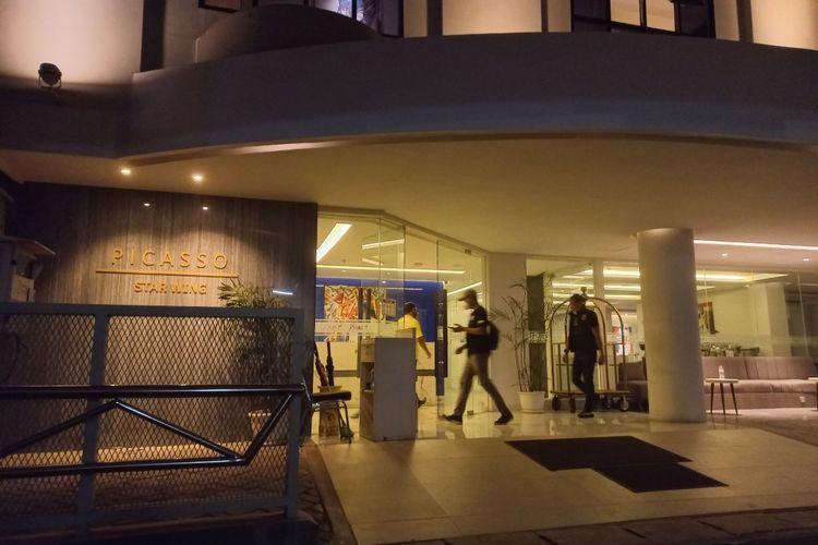 Penyidik dari Polres Metro Jakarta Selatan memasuki Hotel Picasso Inn, Cilandak, Jakarta Selatan, Sabtu (4/9/2021) malam.