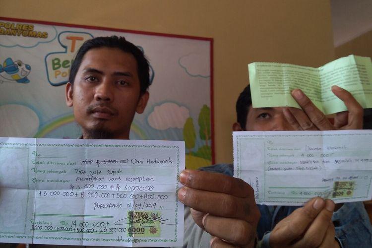 Dani Hadiwinata menunjukkan kwitansi penyerahan uang untuk investasi dan biaya umrah di Satreskrim Mapolresta Banyumas, Jawa Tengah, Selasa (17/12/2019).