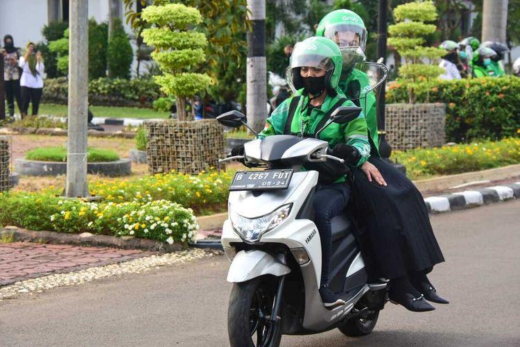 Bupati Karawang Cellica Nurrchadiana dibonceng seorang pengendala ojol dengan menerapkan protokol kesehatan.