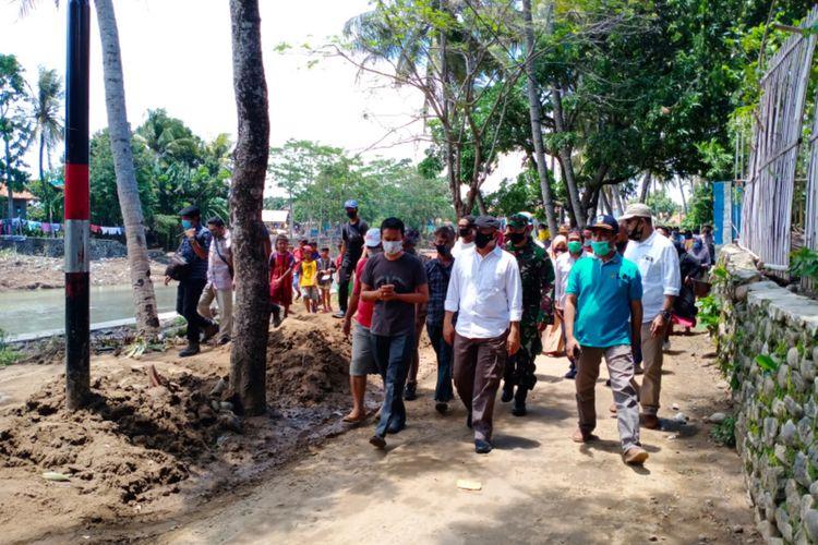 Menteri Koperasi UKM Teten Masduki mengunjungi Kampung Bojong Kecamatan Pamengpeuk yang terdampak banir Bandang, Sabtu (17/10/2020)