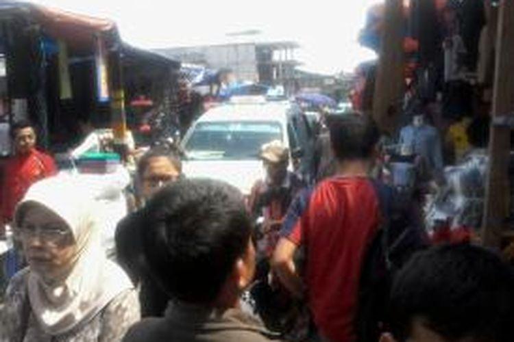 Suasana Pasar Tanah Abang yang tak pernah lengang, Jakarta (17/6/2013). Setiap kali direlokasi, PKL selalu kembali memadati badan jalan, karena di lokasi baru sepi pembeli.