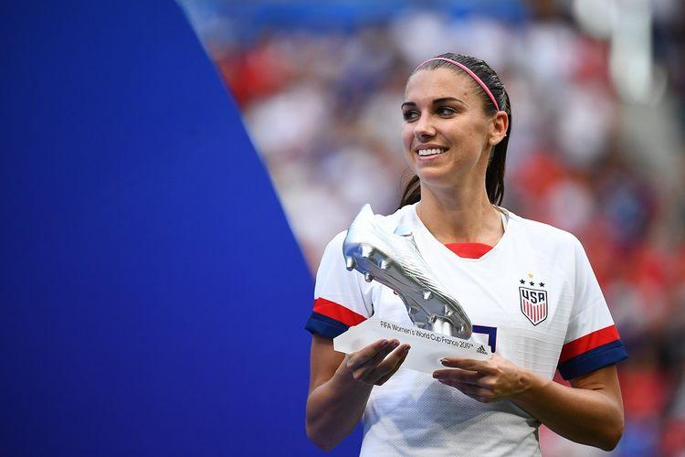 Striker timnas putri Amerika Serikat, Alex Morgan, menerima Sepatu Perak pada Piala Dunia 2019.