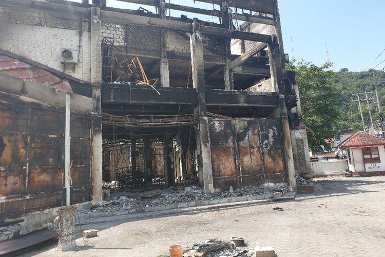 Bangunan Grapari Telkomsel di jalan Koti, hangus terbakar saat kerusuhan terjadi di Kota Jayapura, Papua, pada 29 Agustus 2019