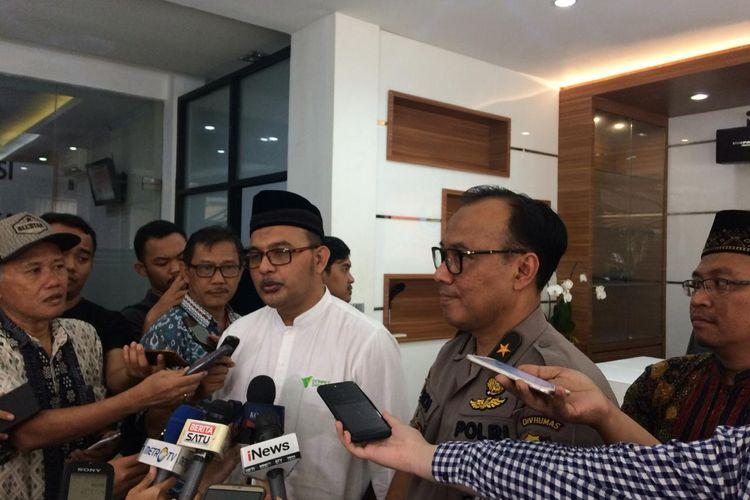 Dirut Dompet Dhuafa, Imam Rulyawan, dan Kepala Biro Penerangan Masyarakat Divisi Humas Polri Brigadir Jenderal (Pol) Dedi Prasetyo di Gedung Humas Mabes Polri, Jakarta Selatan, Jumat (24/5/2019).