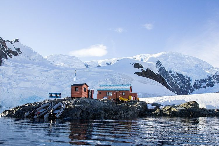 Ilustrasi stasiun penelitian di benua Antartika. Setiap musim panas, ribuan ilmuwan dari berbagai negara berkumpul untuk melakukan penelitian di banyak bidang sains. Antartika benua es bebas Covid-19.