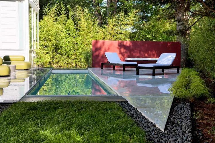 Kolam Mini dengan Lantai Marmer yang Berkilau