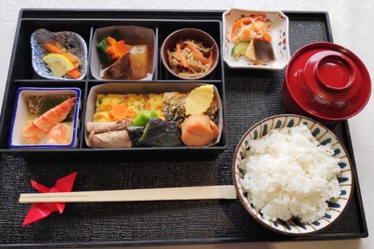 Hidangan autentik Jepang dengan bahan makanan Indonesia di Maskapai Japan Airlines.