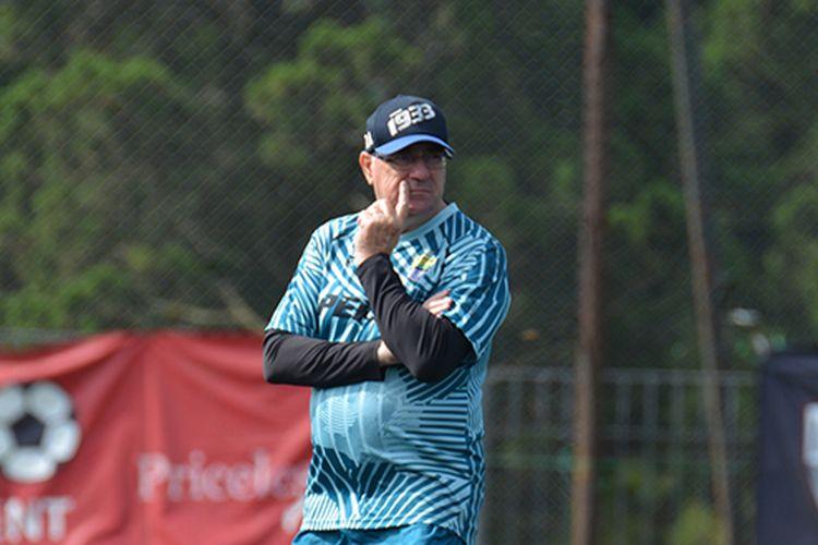 Pelatih Persib Bandung, Robert Rene Alberts, memantau sesi latihan timnya di Inspire Arena, Sabtu (21/3/2020).