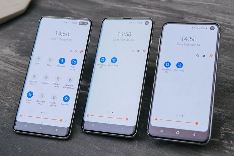 Salah satu perbedaan Galaxy S10 Plus (kiri) dari dua saudaranya adalah kamera ganda di bagian depan. Galaxy S10, Galaxy S10 Plus, dan Galaxy S10e menempatkan kamera depan di dalam lubang di pojok kanan atas layar.