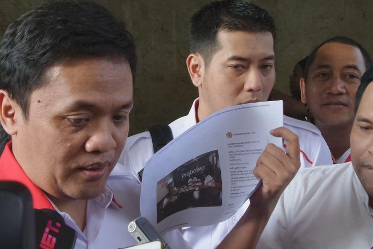Perwakilan dari ACTA atas nama Ketua Umum Partai Gerindra Prabowo Subianto melaporkan sejumlah akun yang menyebarkan hoaks di media sosial ke Bareskrim Polri, Jakarta, Jumat (2/3/2018).