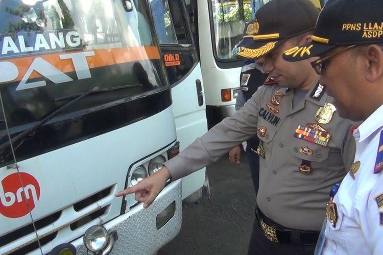 Kapolres Trenggalek bersama Kordinator Terminal Bus Surodakan Trenggalek, melakukan pemeriksaan salah satu kelaikan bus (12/12/2019)