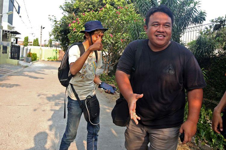 Wartawan melakukan wawancara dengan Jurnalis dan Aktivis HAM Dandhy Dwi Laksono (kanan) pasca penetapan tersangka saat ditemui di kediamannya, di kawasan Jatiwaringin, Bekasi, Jawa Barat, Jumat (27/9/2019). Polda Metro Jaya menetapkan status tersangka kepada Jurnalis dan Aktivis HAM Dandhy Dwi Laksono atas dugaan kasus tuduhan Pasal 28 ayat (2) dan Pasal 45 A ayat (2) UU ITE dan Pasal 14 dan Pasal 15 KUH Pidana atas postingan di media sosial mengenai Papua.