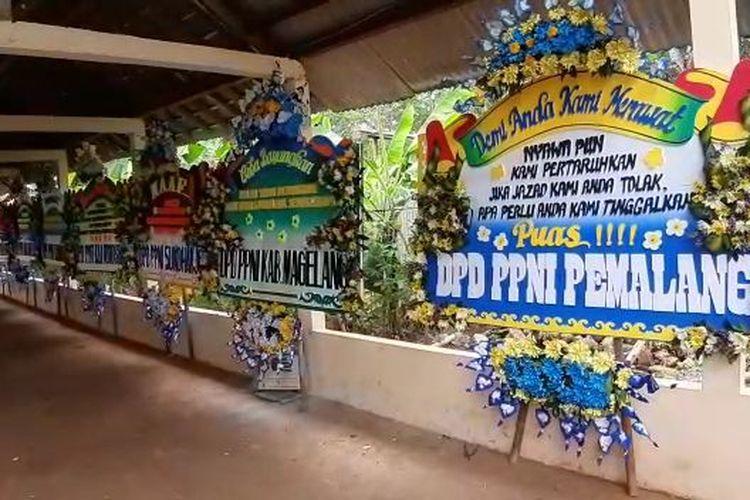 Karangan bunga berderet di pintu masuk TPU Siwarak, Sewakul.