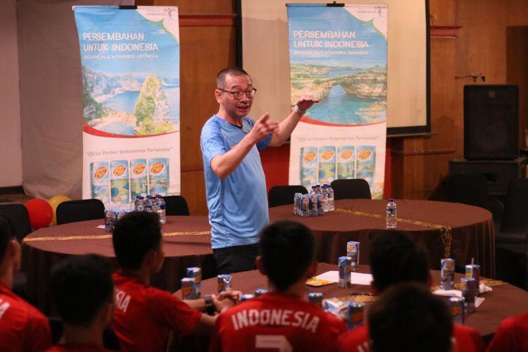 Direktur teknik tim, Justinus Lhaksana alias Coach Justin, tengah memberi arahan kepada pada pemain timnas futsal Indonesia.