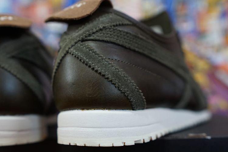 Perbedaan material dan detil pada salah satu colorway sneaker Onitsuka Tiger Mexico 66 Super Deluxe, bisa terlihat pada bahan kulit dan tingginya outsole yang dipakai.