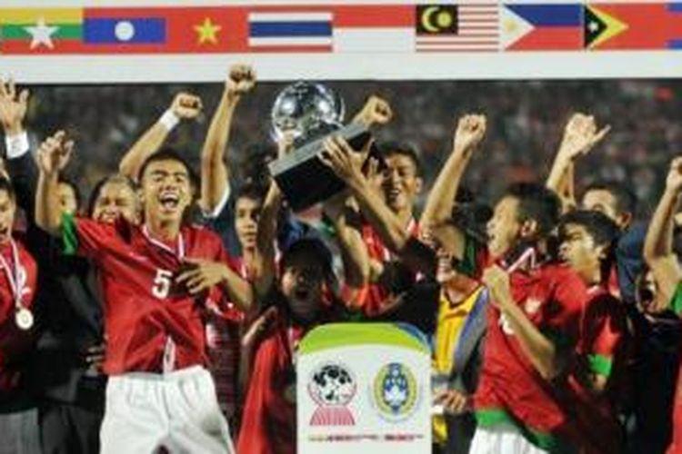 Para pemain Timnas Indonesia U-19 merayakan kemenangan setelah berhasil menjadi juara piala AFF 2013 mengalahkan Vietnam melalui adu penalti di Stadion Gelora Delta Sidoarjo, Minggu (22/9/2013).