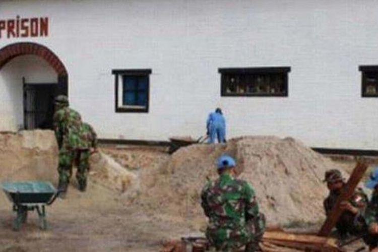 Sejumlah prajurit TNI dari Satuan Tugas Kompi Zeni TNI Kontingen Garuda XX-J/MONUSCO merehabilitasi bangunan penjara di Dungu Town, sekitar 10 kilometer dari Bumi Nusantara Camp, Markas prajurit TNI di Republik Demokratik Kongo.