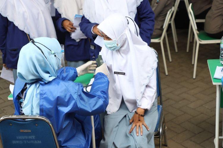 Pelaksanaan vaksinasi Covid-19 terhadap para santriwari di Ponpes Modern Muslimah Tuban,