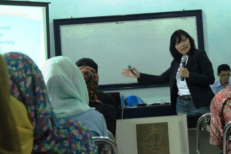 Ilustrasi dosen tamu memberikan materi pada mahasiswa.