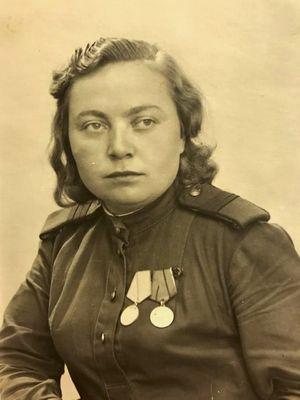 Zinaida Korneva, veterang Perang Dunia II, menunjukkan salah satu fotonya selama bertugas dulu kepada Associated press di St Petersburg, Rusia, Selasa (5/5/2020).