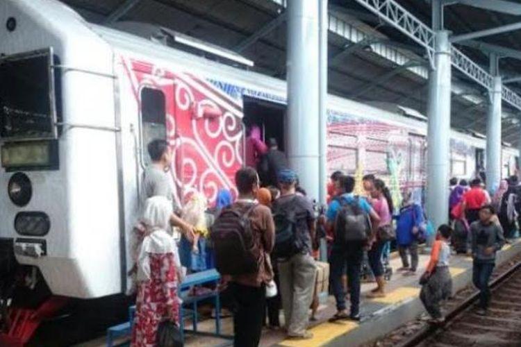 Ratusan penumpang kereta api Prambanan Ekspres (Prameks) memadati Stasiun Balapan Solo, Minggu (10/7/2016).