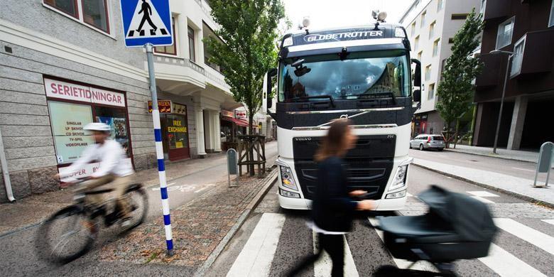 Olustrasi truk Volvo saat di perkotaan
