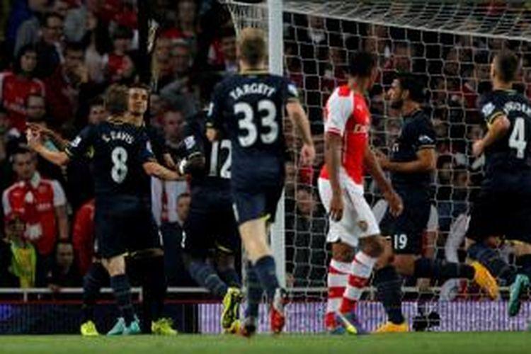 Para pemain Southampton saat merayakan gol Dusan Tadic ke gawang Arsenal pada putaran ketiga Capital One Cup di Stadion Emirates, Selasa atau Rabu (24/9/2014) dini hari WIB.