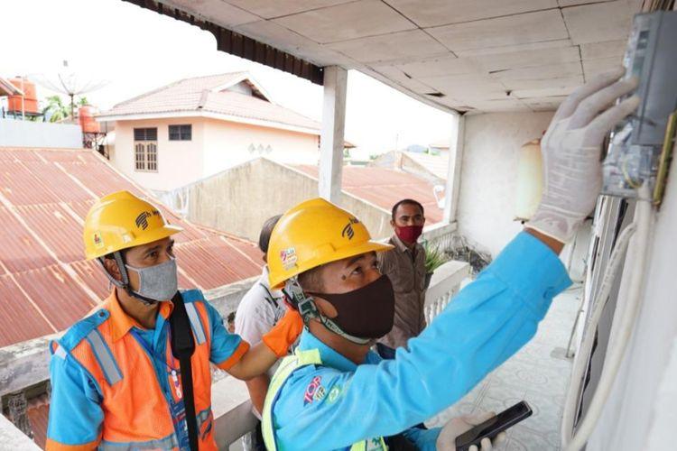Petugas PLN Riau-Kepri bersama pihak PT Haleyora Power melakukan uji coba aplikasi LISTRIQU saat diluncurkan di Pekanbaru, Riau, Kamis (10/9/2020).