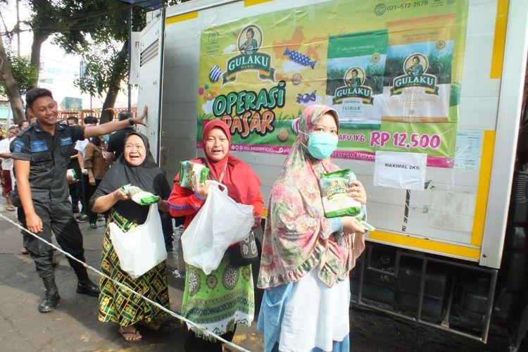 Warga mengantre untuk membeli gula pasir pada kegiatan Operasi Pasar Stok Pangan yang digelar Sugar Group Companies bersama Bulog di Pasar Palmerah, Jakarta Pusat, Jumat (20/3/2020).
