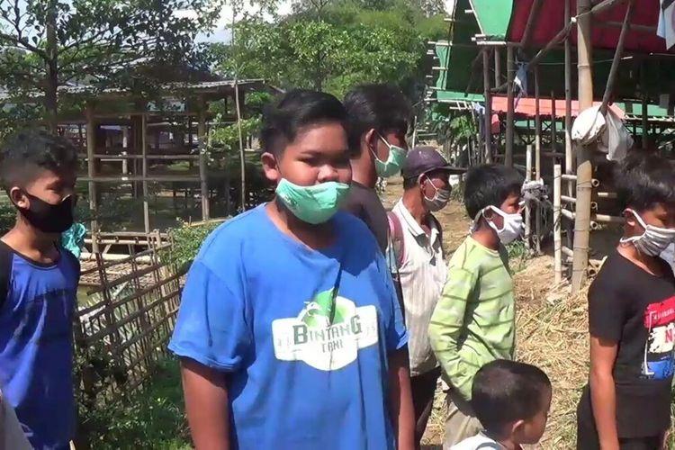 Abu Bakar Sidik alias Iki bersama teman-temannya sedang berada di tempat penjualan hewan kurban untuk membeli sapi kurban,