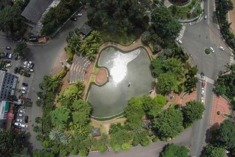Taman Ayodya, Jakarta Selatan, dilihat dari udara, Jumat (6/2/2015). Ruang terbuka hijau menjadi salah satu penyeimbang dan oasis di tengah belantara gedung kota.