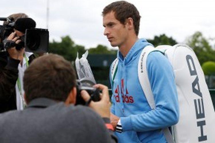 Petenis Skotlandia, Andy Murray, tiba di lapangan rumput Wimbledon untuk menjalani sesi latihan, Minggu (23/6/2013). Murray mulai bertanding hari Senin (24/6/) melawan Benjamin Becker.